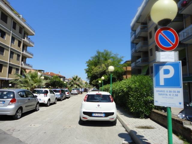 Macchine parcheggiate nella Strada parco