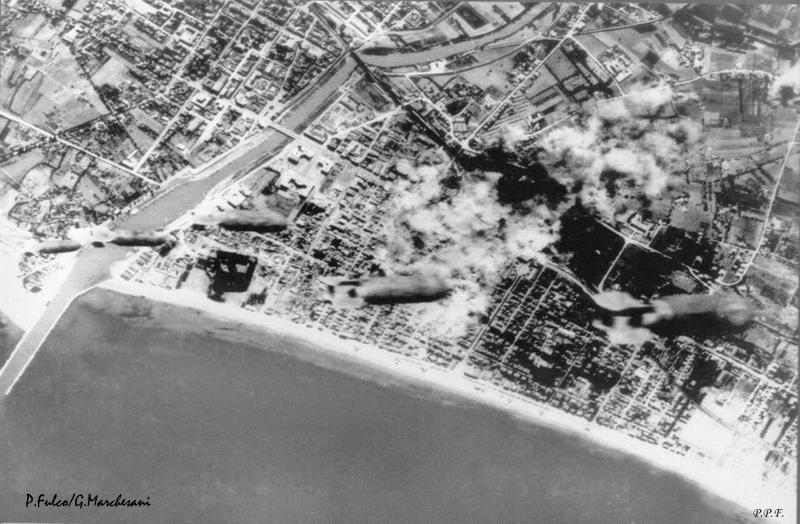 Foto scattata da un aereo che sgancia bombe su Pescara il 31 agosto 1943