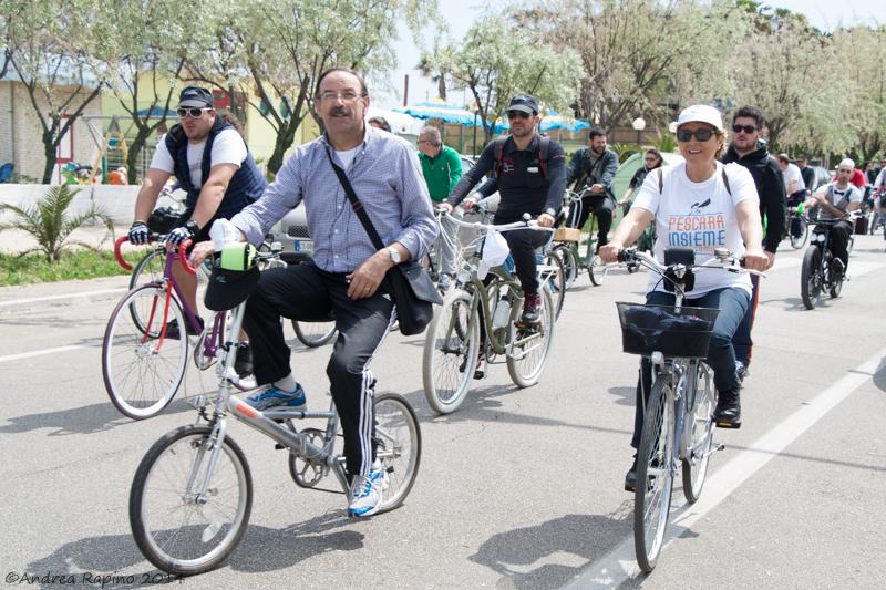 Enzo del Vecchio in bicicletta. Campagna elettorale Marco Alessandrini