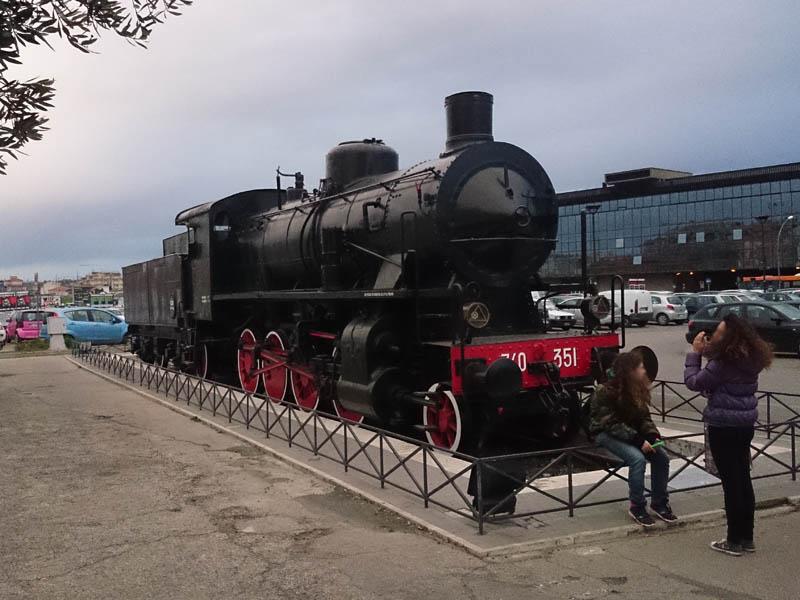 Locomotiva a vapore GR 740 351 in mostra sull'ex primo binario della vecchia stazione ferroviaria