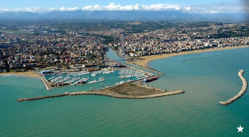 Fotot aerea di Pescara presa sul mare adriatico