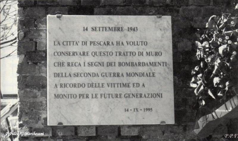 Targa apposta sopra un pezzo di mura della vecchia stazione a ricordo delle vittime dei bombardamenti dell'agosto-settembre 1943