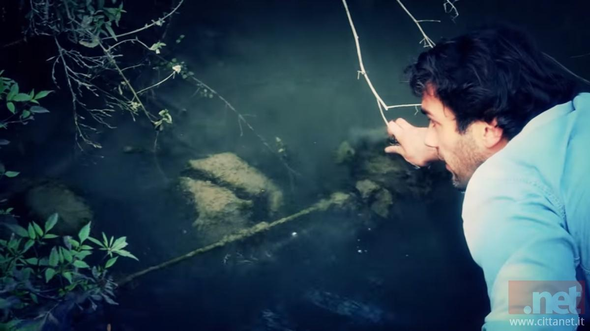 Alessio Consorte mostra i pali sotto il pelo dell'acqua