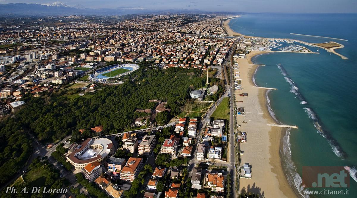 Foto aerea di Pescara ripresa da sud. Dal basso: l'Aurum, la pineta, lo stadio e il porto turistico. Foto di Antonio di Loreto
