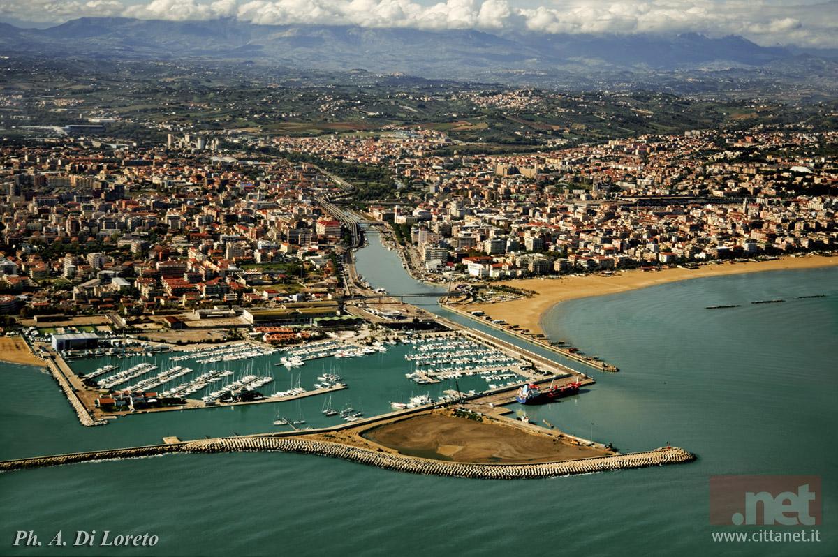 Foto aerea di Pescara ripresa dal mare. Dal basso: il porto turistico e l'agglomerato urbano. Foto di Antonio di Loreto