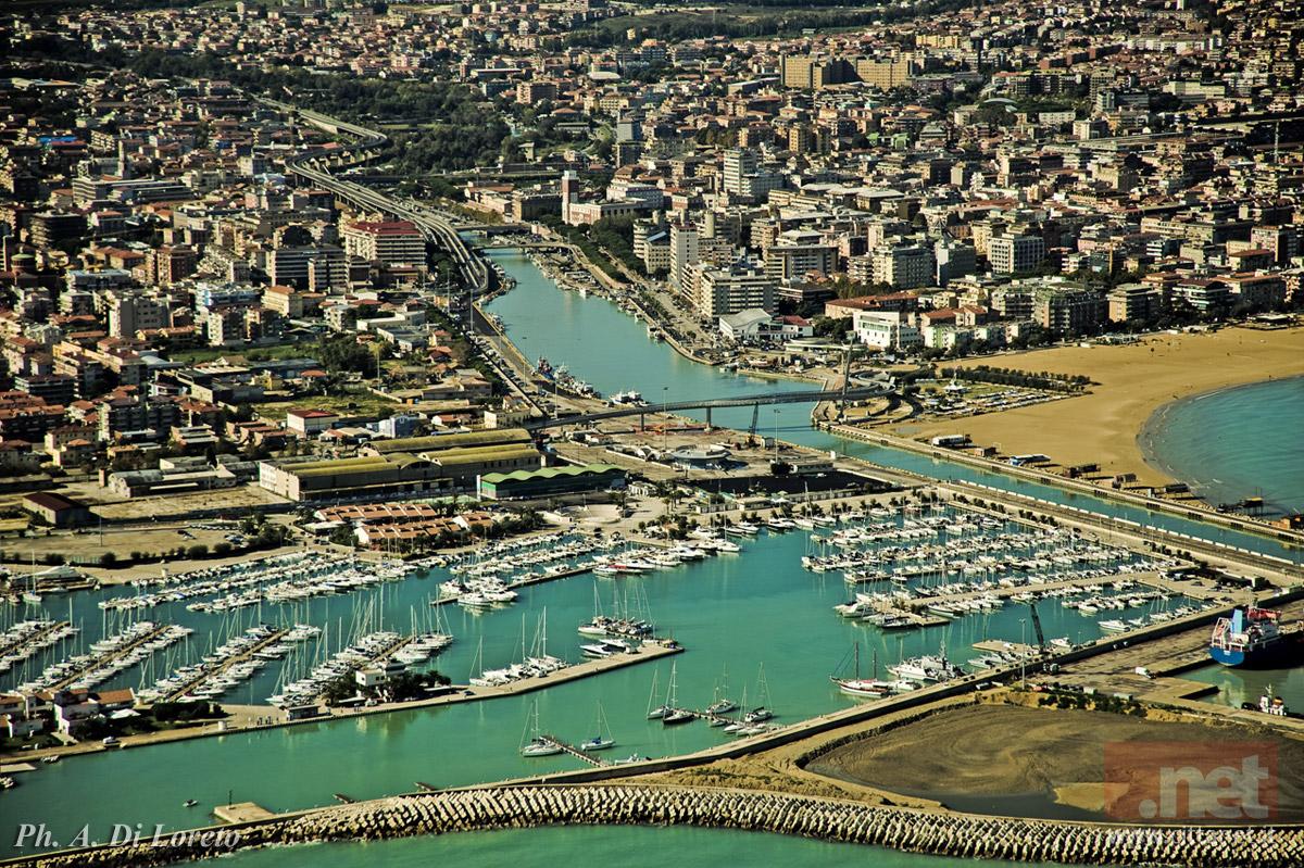 Foto aerea di Pescara ripresa dal mare. Dal basso: il porto turistico e il Ponte del Mare. Foto di Antonio di Loreto
