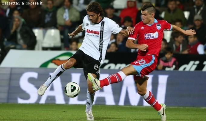 Nella foto uno scontro di gioco tra Viani e un giocatore bianconero nell'ultima sfida datata 2013/2014