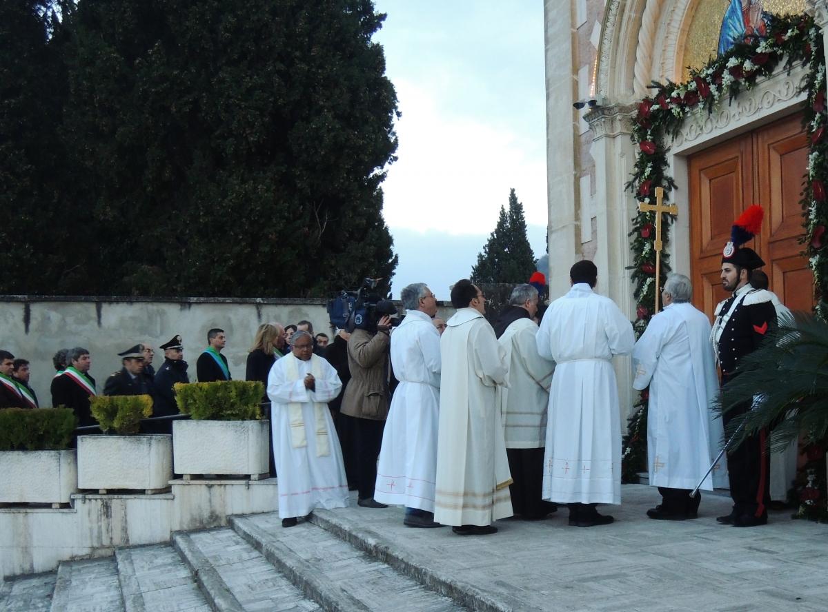 Santuario del volto santo di manoppello aperta la porta - Immagini porta santa ...