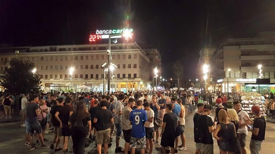 Piazza Salotto gremita di cercatori di Pokemon. Foto di Luca Propato