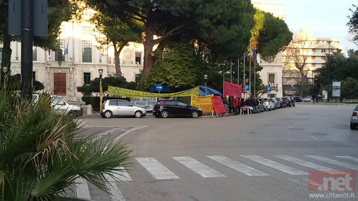 La tenda degli interinali Attiva a Piazza Italia