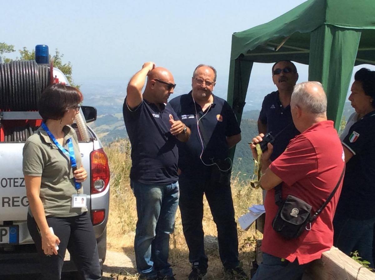 Sottosegretario regionale Mazzocca (al centro) con una squadra di Protezione Civile regionale