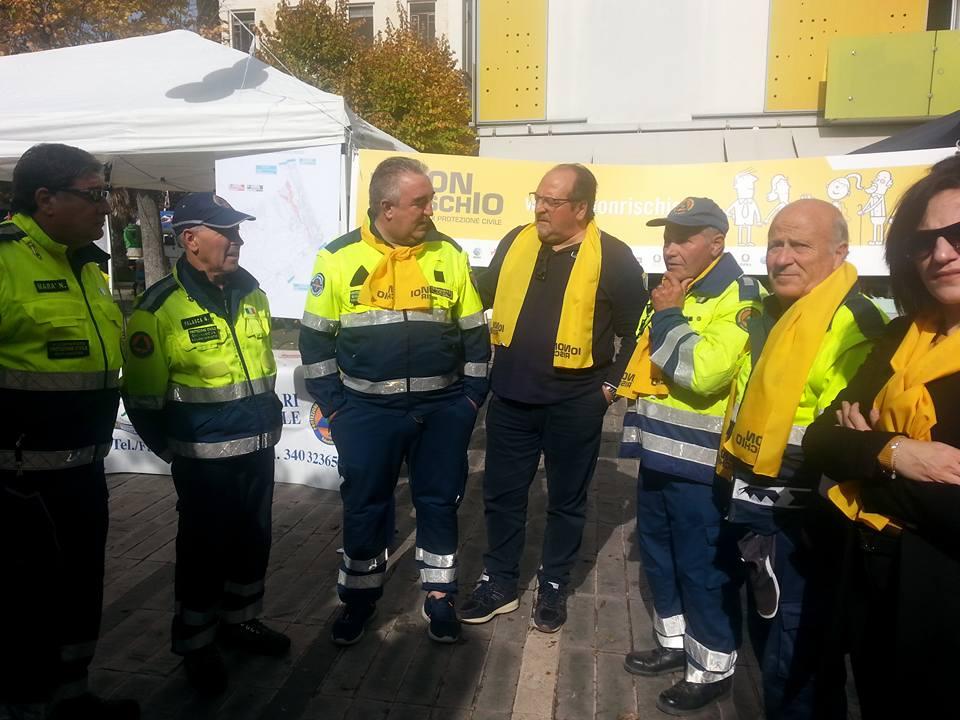 Stand dei volontari di Io Non Rischio con il Sottosegretario Mazzocca (al centro)