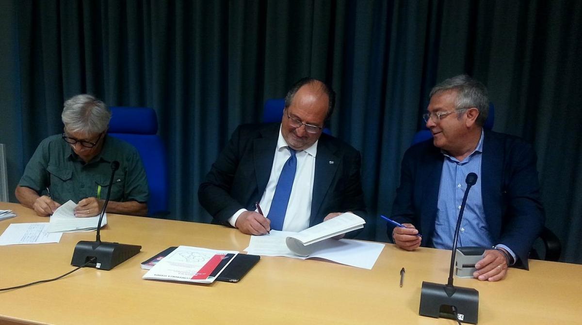 Il Sottosegretario d'Abruzzo Mario Mazzocca (al centro) sottoscrive le convenzioni