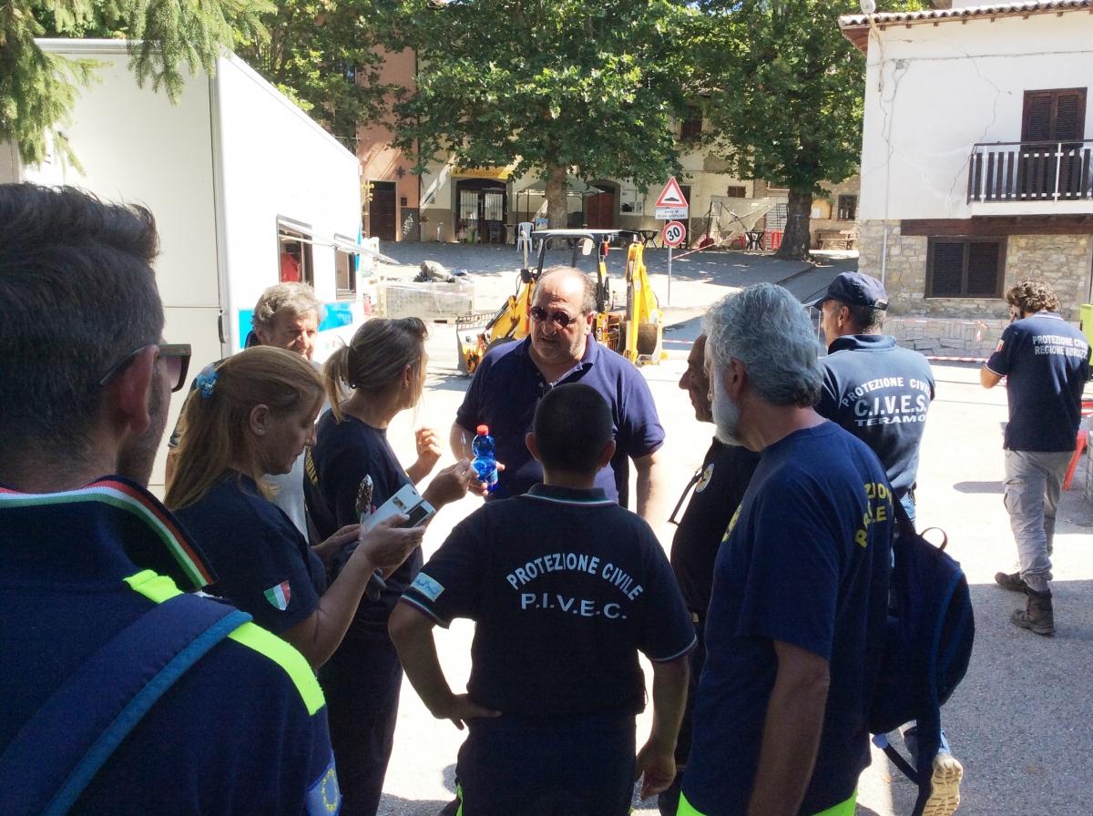 Mazzocca al centro con i volontari ad Accumoli il 24 ago 2016