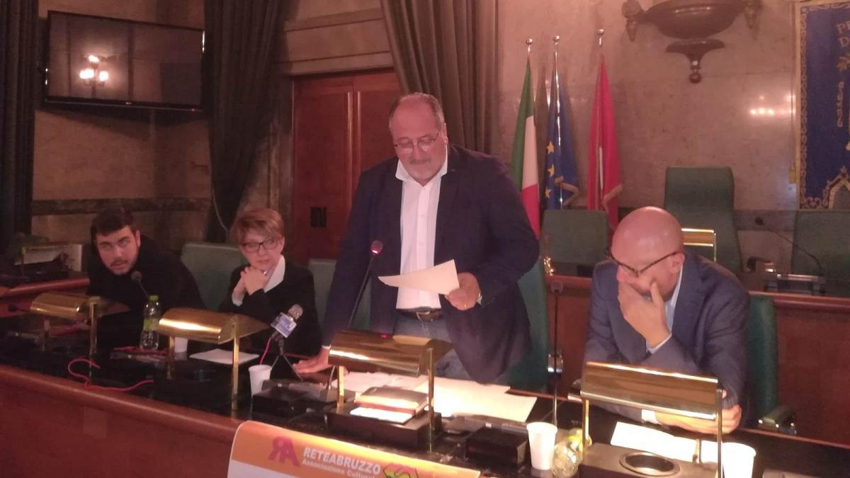 Il Sottosegretario d'Abruzzo Mario Mazzocca in piedi nel corso dell'evento