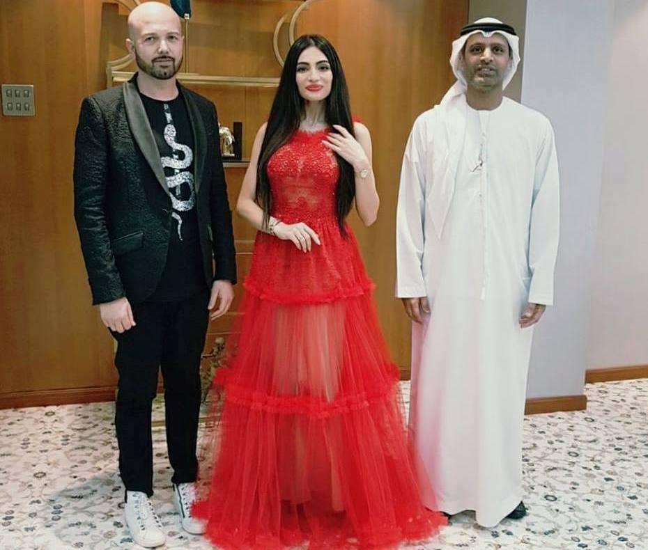 A sin. lo stilista Racioppo nel corso dell'Arab Fashion Week 2018